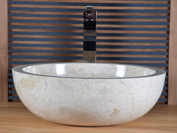 Vasque salle de bain en marbre beige, style épuré et naturel