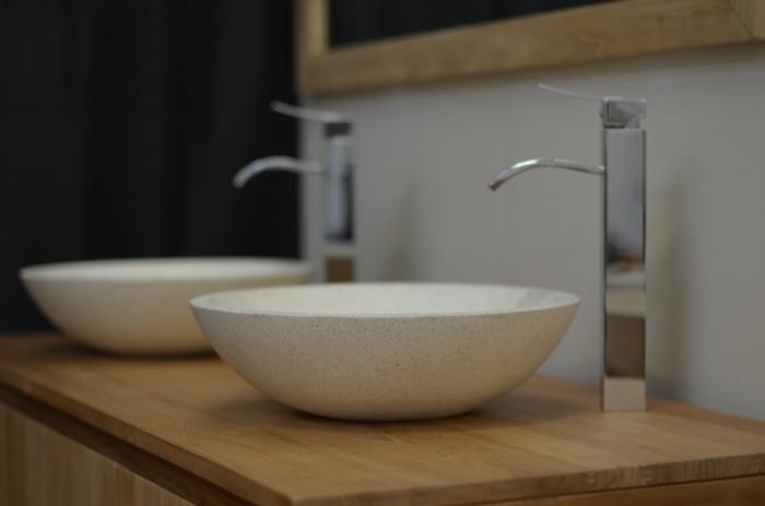 Salle de bain : vasque blanche à poser en terrazzo façon bol